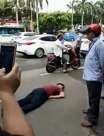 海口摩的司机打死便衣假的!实为两男子别车起冲突