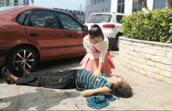 美丽女护士海口街头抢救晕倒老人