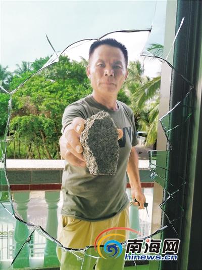 受人威胁琼海一村民两扇窗户被砸了个大窟窿