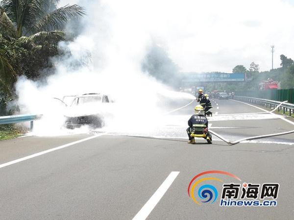 海南环岛高速一轿车行驶途中突然着火 无人员伤亡