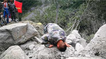 14名亲人失联 四川茂县士兵朝家的方向跪地磕头