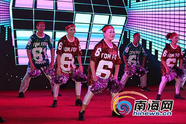 组图:海口广场舞大赛首场初赛22支队伍激情斗舞