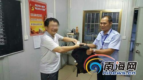 <b>学生坐公交遗失书包钱包海口公交保洁员帮忙找回</b>