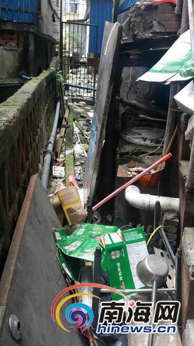 因楼上住户长期乱丢垃圾 海口这座大厦夹缝存了一吨垃圾