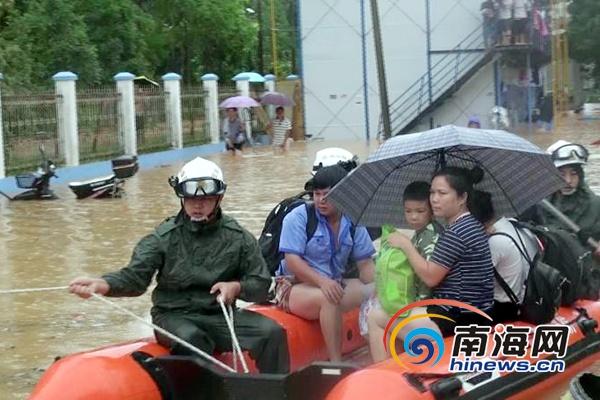 在建工地宿舍130多人被水围困 五指山消防战士成功解困