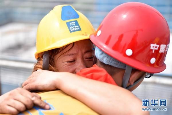 组图:农民工子女暑期体验高温下父母工作