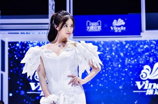 蒋欣韧性挑战三维美纸巾婚纱 颜值高+好衣品美出
