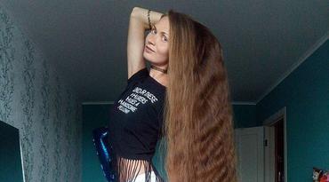 俄罗斯美女为赌约14年未剪头发 发长1.5米
