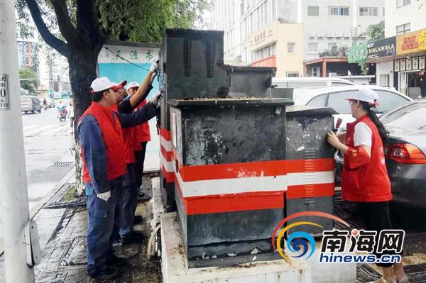 """<b>三亚供电局清除街头电力设施小广告 助力""""创文巩卫""""</b>"""