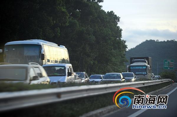 海南g98高速大茅隧道路段4车相撞事故 造成1死4伤