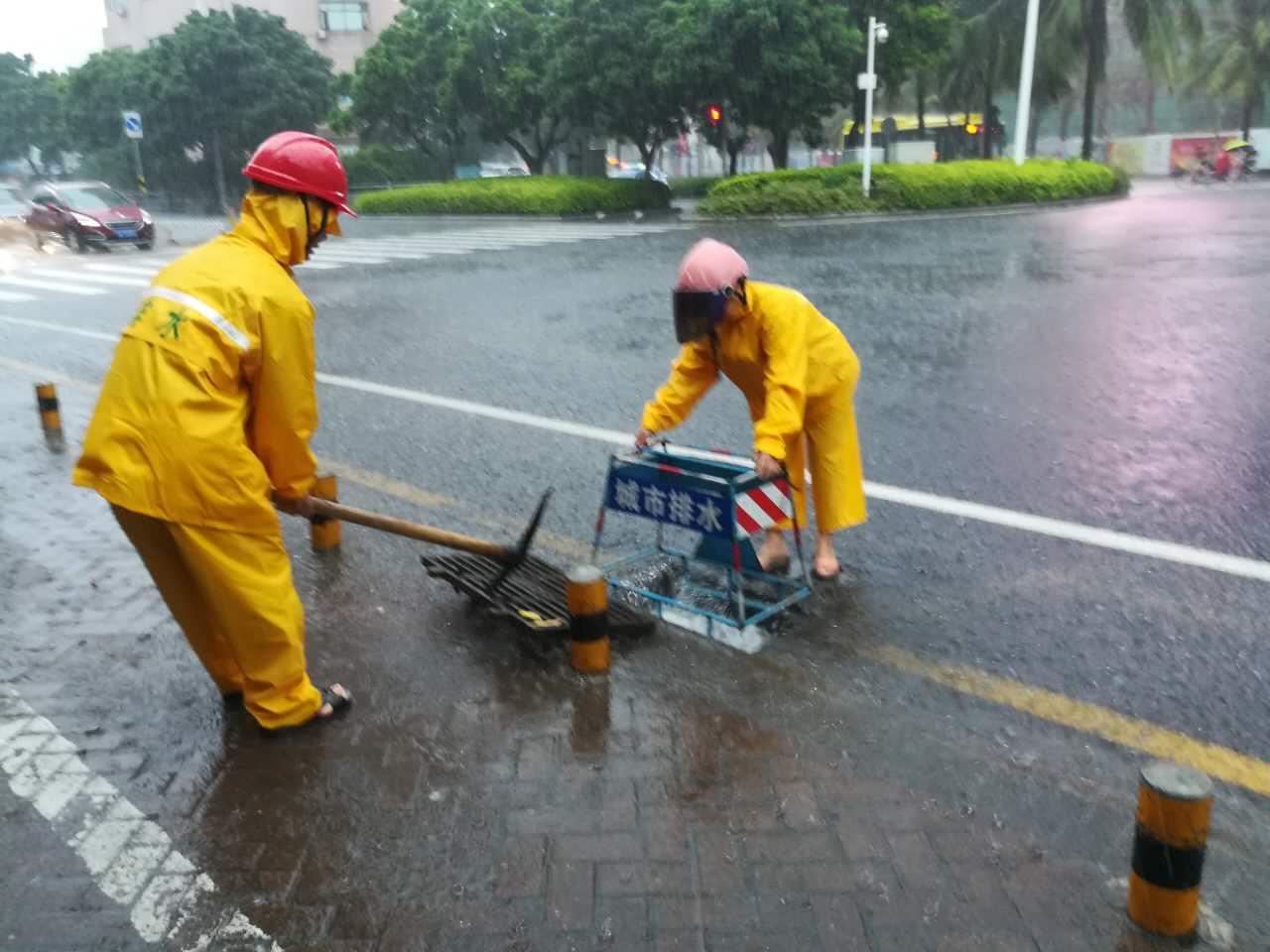 滚动 | 过往车辆请注意!暴雨致海口这几个路段积水