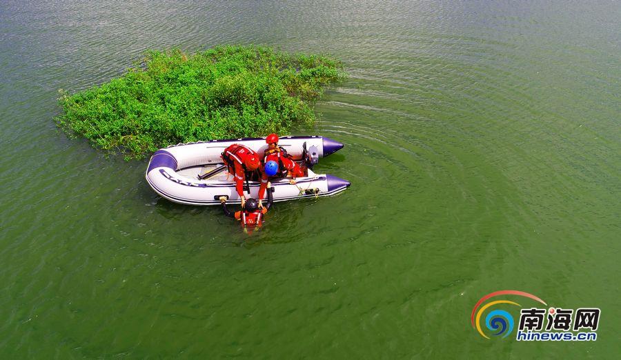 高清组图:海南11支民间救援组织在海口进行救灾实兵演练