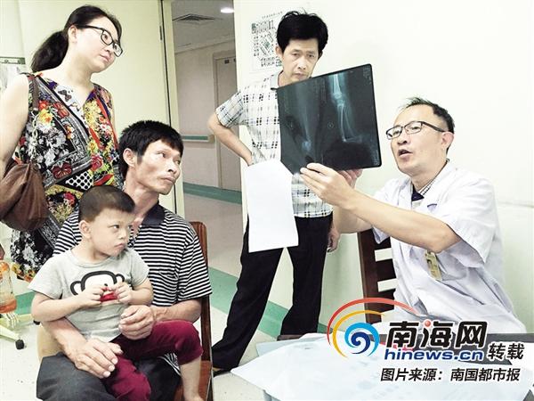 """澄迈4岁男孩拖着""""弯腿""""走路 获海南宋庆龄基金会资助就医"""