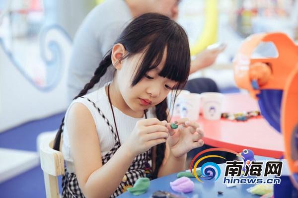 """小童星俞馨妍""""空降""""三亚国际免税城暑期购物节爱新觉罗绵怡"""