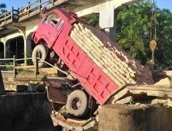 超载拉砖车压塌文昌老桥 市政府:将尽快修复