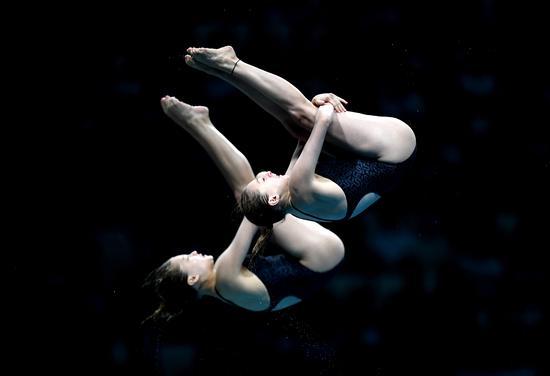 全运会女双10米台采用预赛和决赛的比赛方式,预赛前12名进入决赛。由于本届全运会取消了金牌榜,允许跨省配对,国家队队员便都选择与自己的老队友搭档,这其中就包括奥运会、世锦赛金牌组合司雅杰(陕西)/任茜(四川),而北京队张家齐和上海选手掌敏洁配对。在预赛中,张家齐/掌敏洁、司雅杰/任茜就分列一、二位。   进入决赛,张家齐/掌敏洁上来的发挥就压倒世界冠军配对,她们在201B(向后翻腾半周屈体)、301B(反身翻腾半周屈体)和107B(向前翻腾三周半屈体)上连续跳出单轮最高成绩,而司雅杰/任茜组合的发
