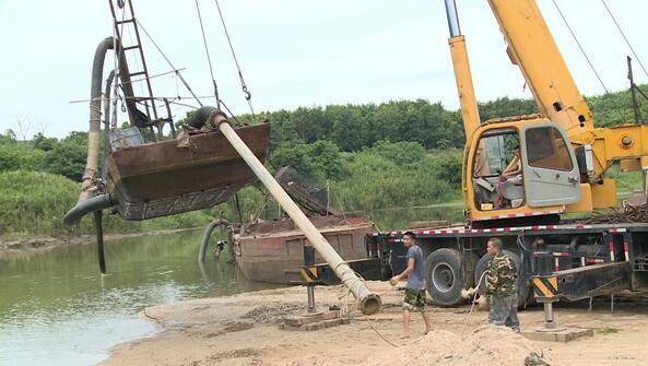白沙重拳打击非法釆砂 多部门联合执法销毁一批非法釆砂船