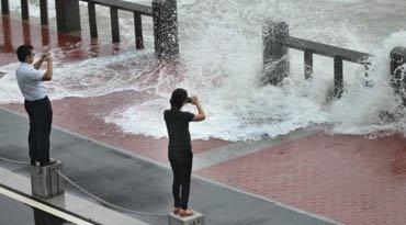 连云港沿海掀起巨浪 市民迎面拍拍拍!