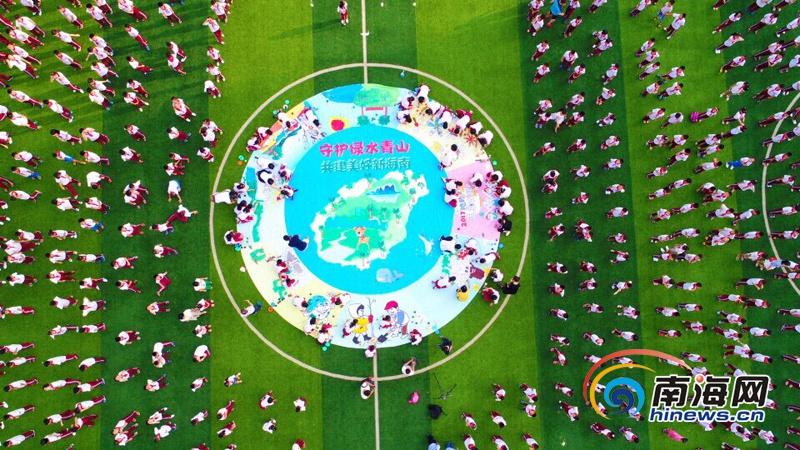"""开学第一课:海口玉沙学校师生围巨型画布""""描绘""""美好新海南"""