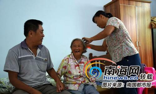 文昌一对5旬夫妻照顾老人胜亲人 坚守敬老院9年