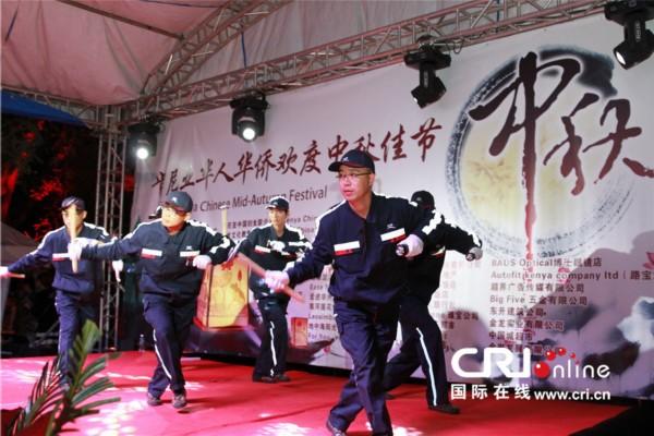 一曲女声独唱《我爱你中国》唱出了现场观众心系祖(籍)国的心声.