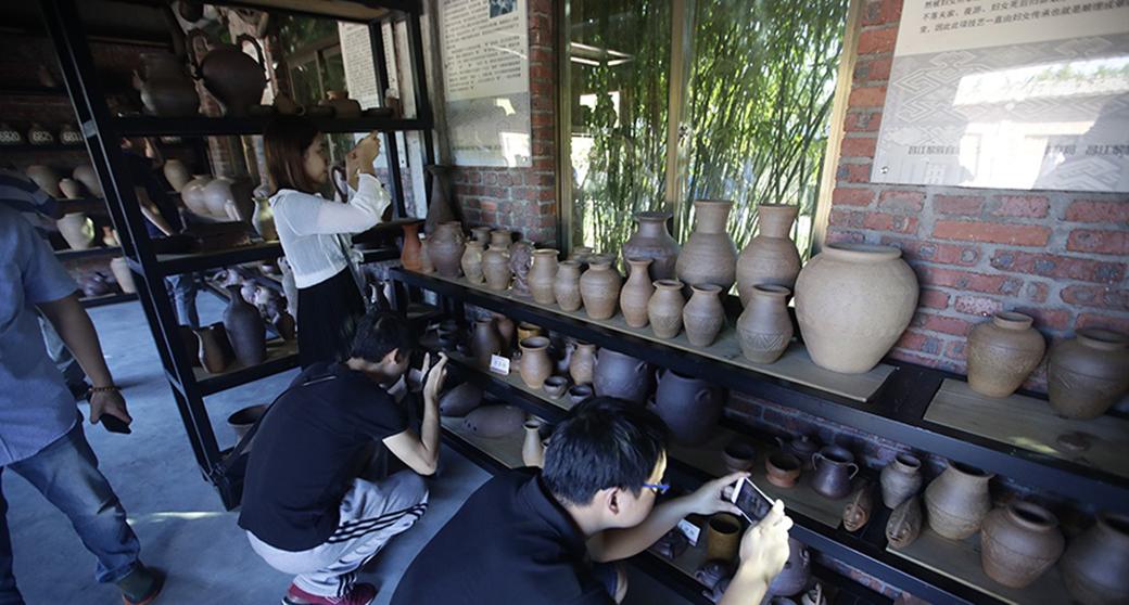 """网媒记者体验黎族传统制陶技艺 呼吁""""好好传承保护"""""""