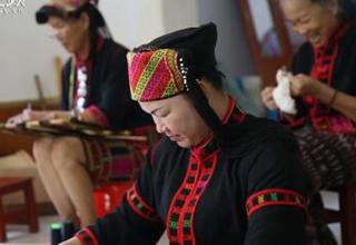 【椰视频】五指山非遗传承人进校园教织黎锦