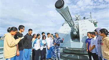 海南开展国防教育 学习舰艇知识