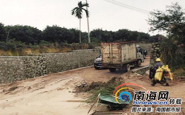 琼海市民反映道路淤泥堆积通行不便