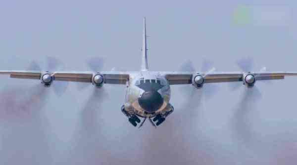 中国海军的运-8警戒机主要发挥空中预警作用,也肩负日常海空巡逻任务。
