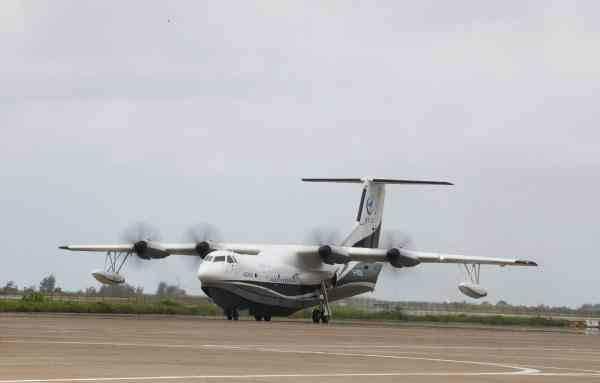 正在进行滑行试验的AG600飞机。