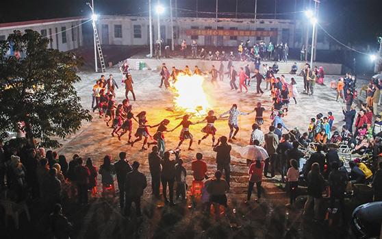 万宁山牛田村28户贫困户养羊实现脱贫 点起篝火庆祝