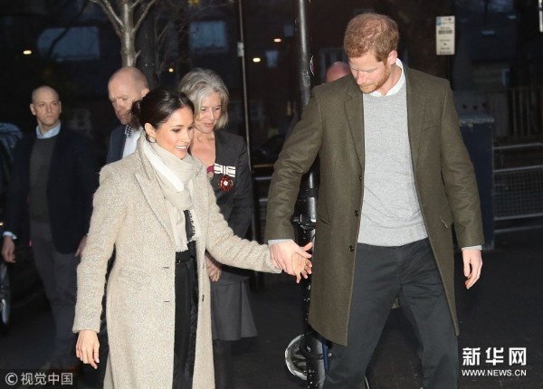 哈里王子携未婚妻甜蜜牵手伉俪情深