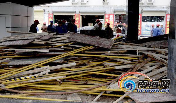 海口东湖工地脚手架坍塌 工人清理现场