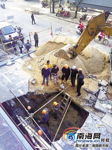 <b>琼海一条自来水管道被挤爆 泥沙遭冲刷现6米深坑</b>