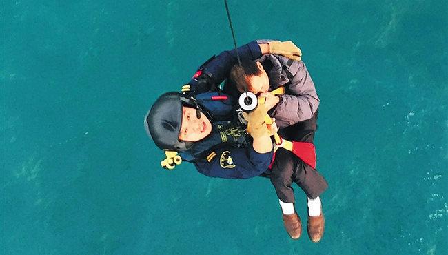 一天内连续出动 南海第一救助飞行队成功救2渔民