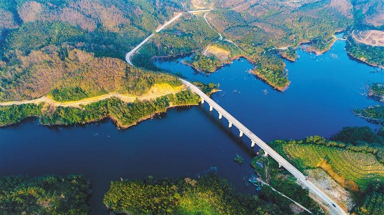 瞰新闻| 琼中红岭大桥:飞架南北绘通途