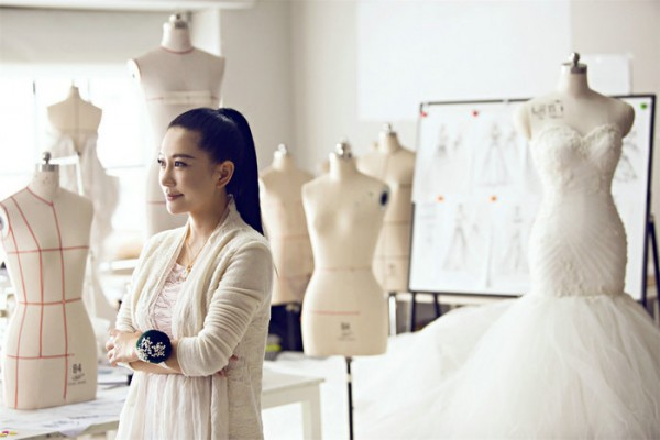 也是第一位同时在纽约时装周发布高级成衣的华人设计师,她就是兰玉.图片
