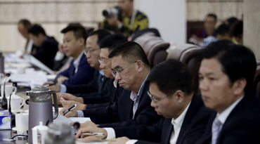 海南省人大代表认真审议政府工作报告