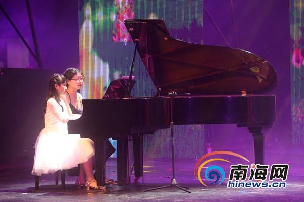 海南小朋友钢琴四指联弹 让人感受激情的旋律