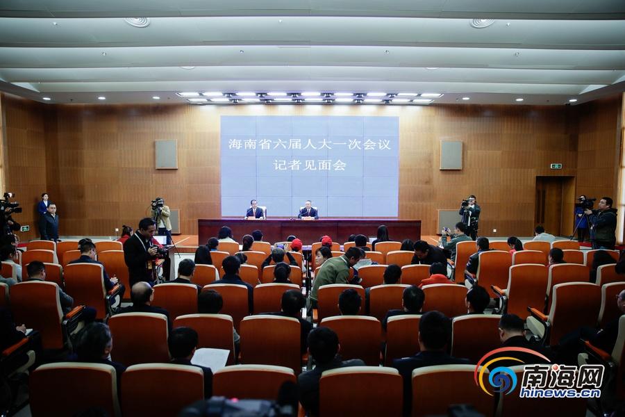在海南省六届人大一次会议记者见面会上 沈晓明省长答记者问