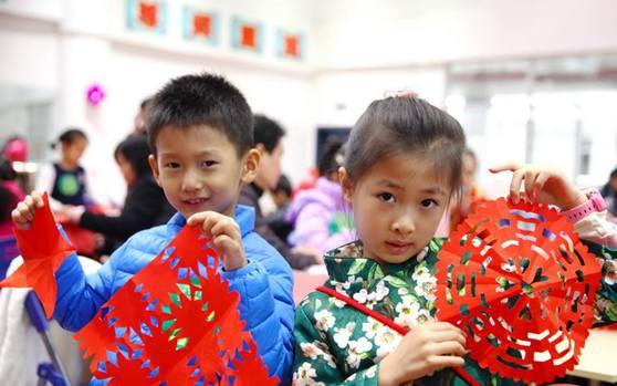 海口百名家庭亲子剪窗花写对联 欢欢喜喜迎中国年