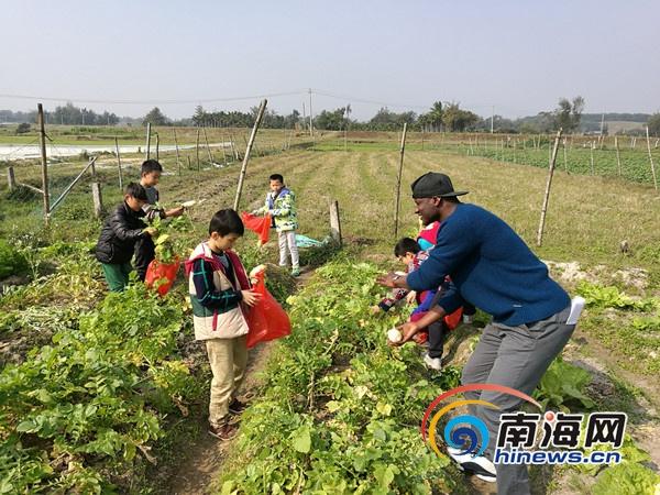 外国留学生周末在万宁大石岭村给当地孩子教英语