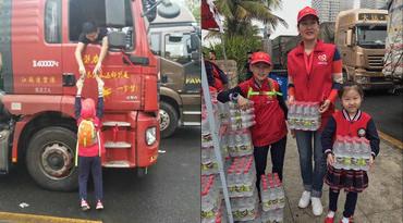 小志愿者也来了!海口义工二代踮脚给滞留旅客送水
