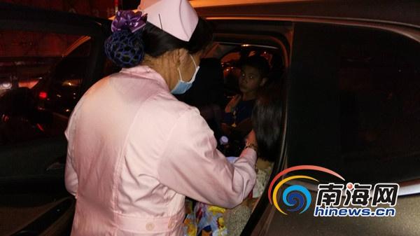 <b>婴儿啼哭拉肚 海口民政人员步行数千米找滞留车辆救人</b>