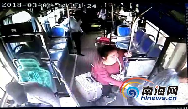 惊险!女大学生2万元学费被偷 海口公交司机飞车追回