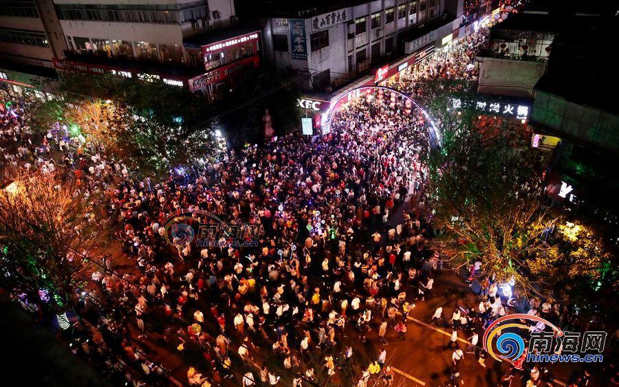 大图来了!海口府城换花节,逾10万市民游客走上街头