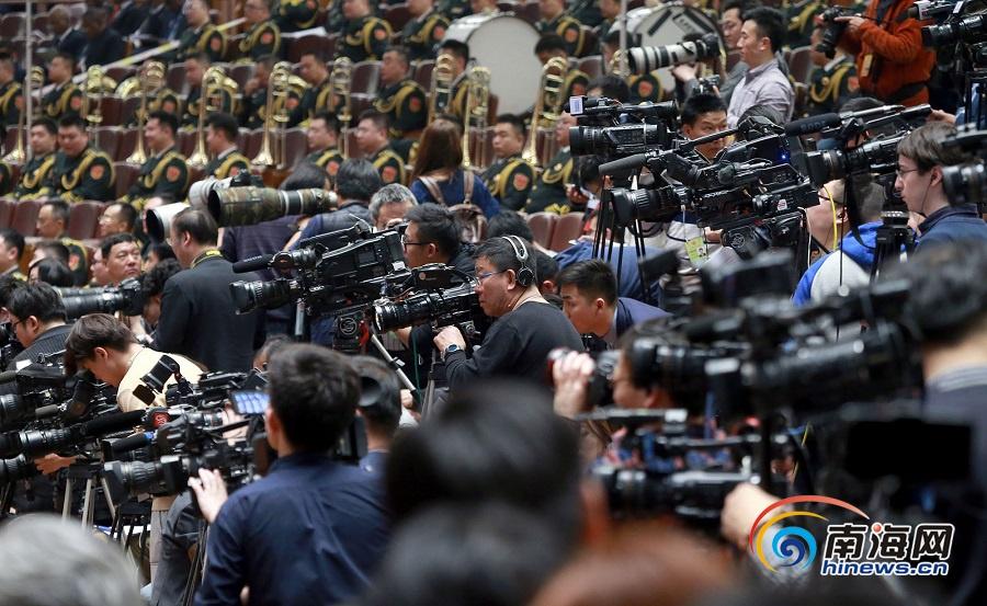 全国两会:现场记者长枪短炮 成为一道独特的风景线