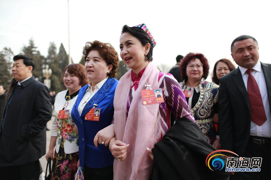 少数民族代表盛装出席十三届全国人大一次会议