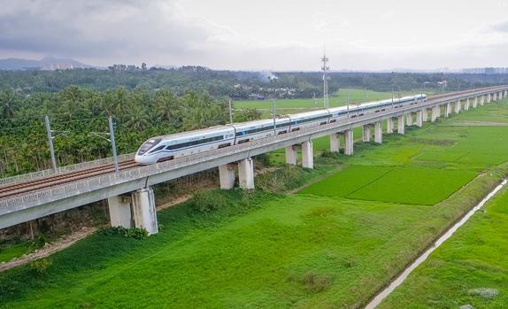 琼海博鳌:高铁列车在田园美景中飞驰而过
